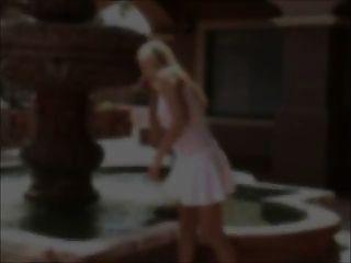艾莉森乳头舔和看穿通过白色的顶部与玩具