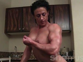 裸体女性健美运动员构成和弯曲