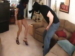 警察女子踢