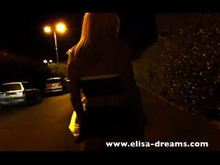 金发荡妇走在街上没有内裤