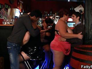 三只胖小鸡在酒吧里玩得很开心