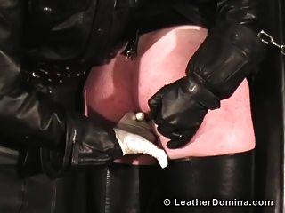皮革多米诺鞭打肛门指法
