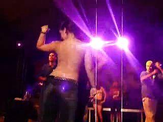 热拉丁舞蹈团在湿T恤比赛中赤裸裸地跳舞