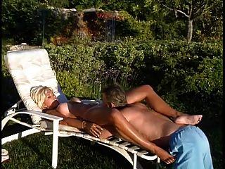 成熟的金发美女救生员得到她的大山雀舔老螺柱,然后他妈的
