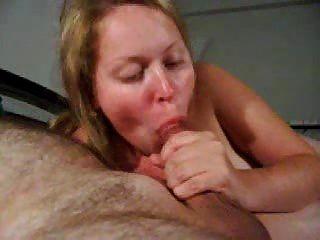 热的年轻俄罗斯女孩真的很喜欢舔一个鸡巴