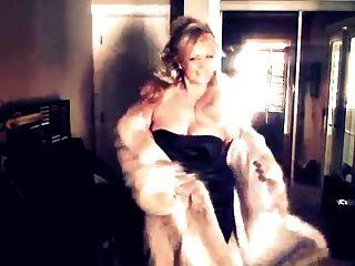 性感的女人炫耀她的狼毛皮大衣!