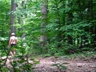裸体走在树林里
