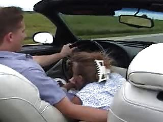 gwen把她的男人吸在车里!