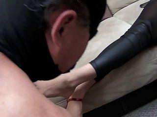 珍妮女神清洗脚由奴隶