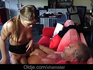年轻的俄罗斯女孩吮吸一个老爷爷的骨头