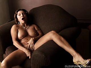 美味的旧香肠与紧身的身体与她湿的阴部玩
