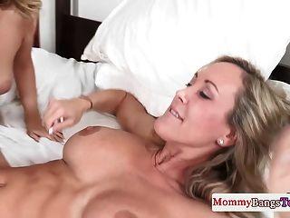 bigtit stepmom在三通乐趣中舔了一下