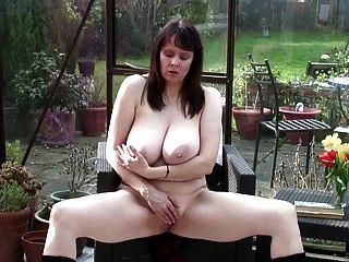 性感的奶奶与大的真正的山雀和热的身体