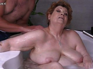 成熟的bbw妈妈他妈的儿子在洗澡