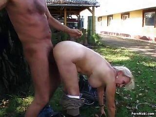 奶奶在后院被弄脏了