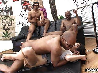 三名黑人殴打亚洲荡妇的猫