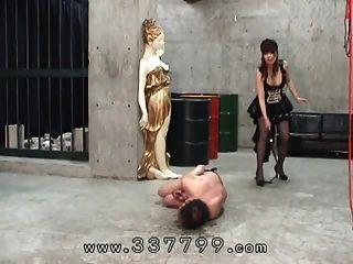 日本的女性用鞭子打到奴隶身上