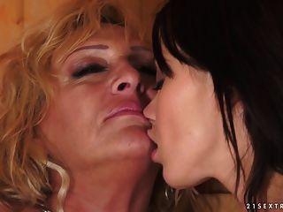 在桑拿浴室的女同性恋时刻