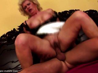 妈妈在饥饿的小洞里变得粗暴的性感和嘶嘶声