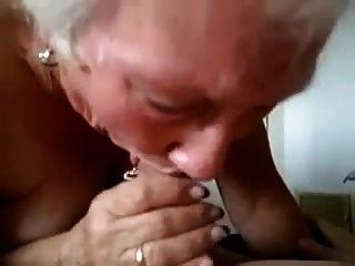奶奶给他一个严重的口交!