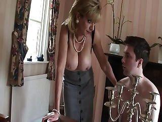 英国的奶昔用她的奶油挑逗了年轻的小伙子
