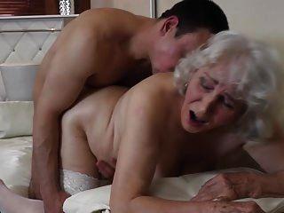 奶奶与毛茸茸的男孩与男孩发生性关系