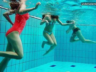 3个裸体女孩在水中玩乐