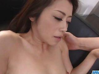 妈咪hojo尝试一个巨大的鸡巴在她蓬松的樱桃