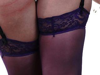 性感的红头在紫色丝袜有一个调皮的时间