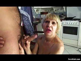 奶奶和她的儿子交钱