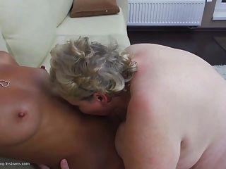 大奶奶与甜美的青少年女同性恋做爱