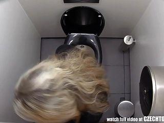 必须看看女孩在浴室里做什么