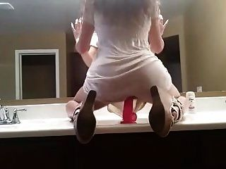 炎热的女孩在镜子前骑着假阳具