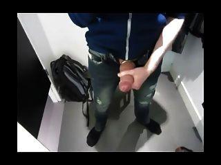 在更衣室里抢劫和打嗝