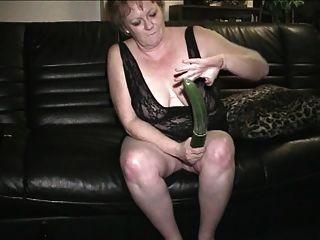 67岁的老奶奶gerri玩她的阴部