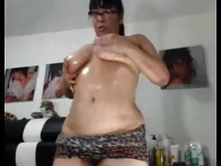 性感的亚洲奶奶喜欢展示她胖胖的屁股和猫