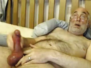 爷爷和他的大公鸡玩耍