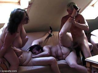 与成熟妈妈的私人业余性交派对