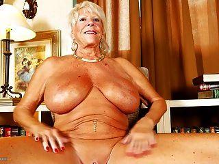 老奶奶与巨大的山雀和晒黑的身体