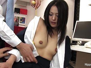 炎热的年轻秘书得到她的阴部玩