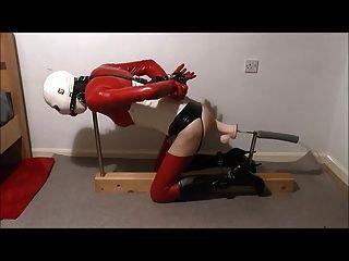 sissy乳胶绑定他妈的机器与巨大的假阳具