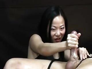 亚裔妇女折磨他后性高潮handjob