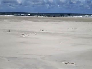 参观者在沙滩上打嗝
