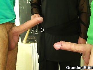 老奶奶老师和青少年男孩