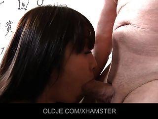 亚洲学校的女孩把老老师的喉咙在她嘴里