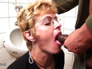 业余成熟的荡妇得到小便和深喉咙