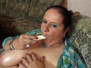 成熟的大妈妈,大多汁的山雀和饥饿的c子