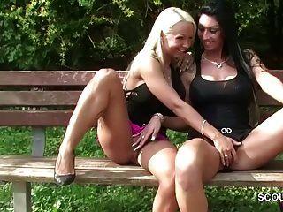 两名德国女同性恋青少年在外面舔,被警察抓获