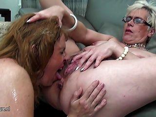 三个年轻的女同性恋者彼此相爱