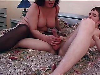 老年轻的肮脏的妈妈和小男孩的性行为